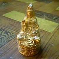 Tượng Quan Âm ngồi đá vàng